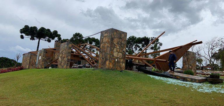 Salão da Villaggio Grando é destruído pelos ventos no meio oeste catarinense