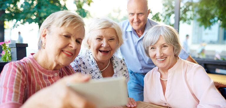 Curso online aprimora habilidades de idosos que já sabem usar celulares e tablets