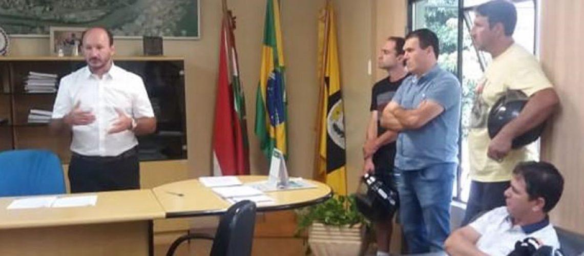 Segundo o prefeito em exercício Mauro Martini a intenção do Executivo é tornar a praça um local bonito/Foto: Assessoria de Imprensa