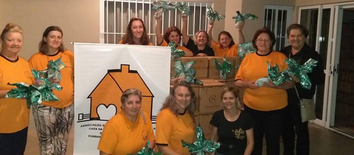A presidente da Casa da Amizade e todas as integrantes farão o trabalho de entregar as crianças carentes do município os chocolates