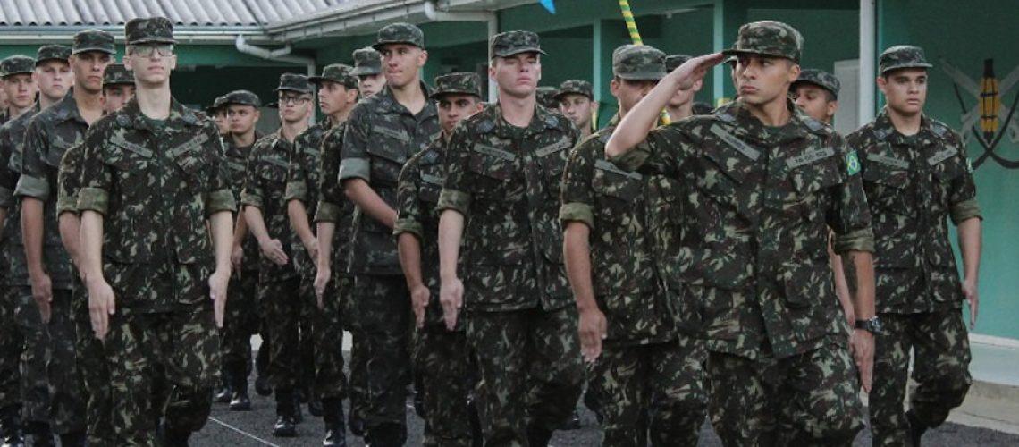 Os atiradores desfilaram em continência ao Chefe da Instrução do Tiro de Guerra/Foto: Assessoria de Imprensa