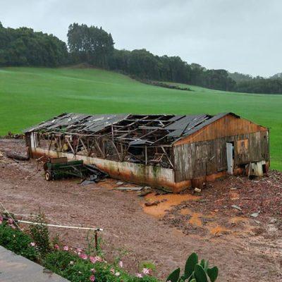 O ciclone-bomba com ventos de até 120 km/h destruiu lavouras, instalações agrícolas/Foto: Internet