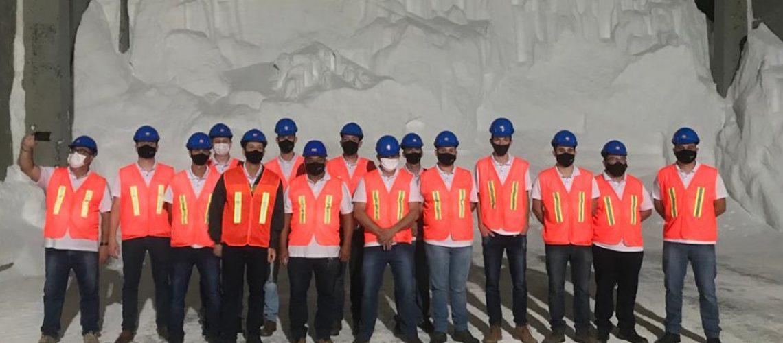 O grupo de colaboradores que participaram da viagem de trabalho são representantes do setor técnico e administrativo da matriz e filiais