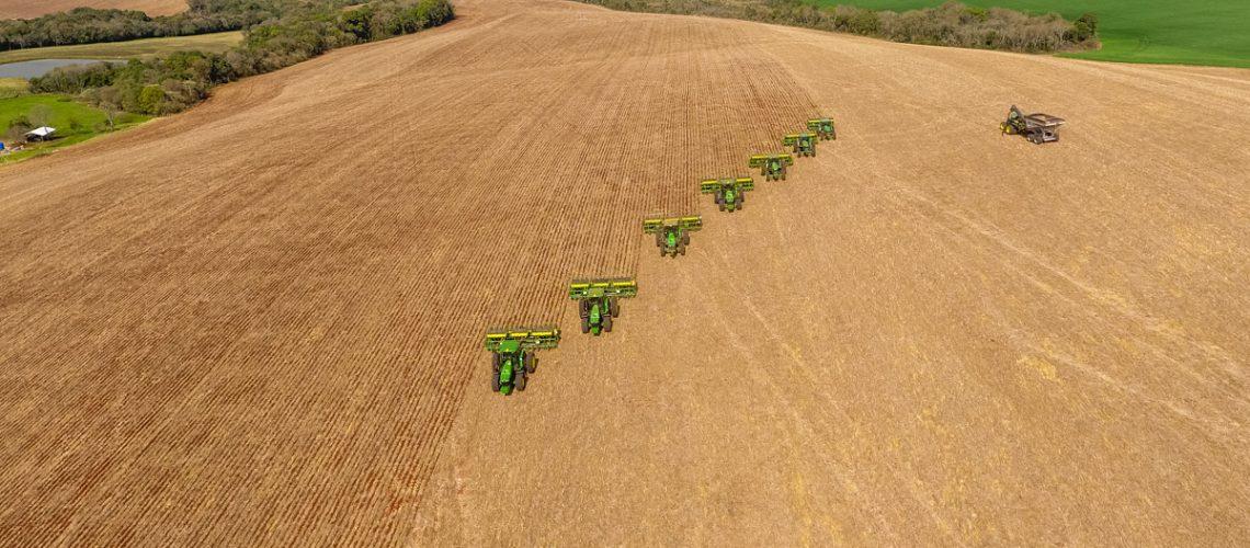 Em regiões onde o clima é mais quente, como em Capinzal/SC, as máquinas já estão semeando na terra, as sementes do cereal