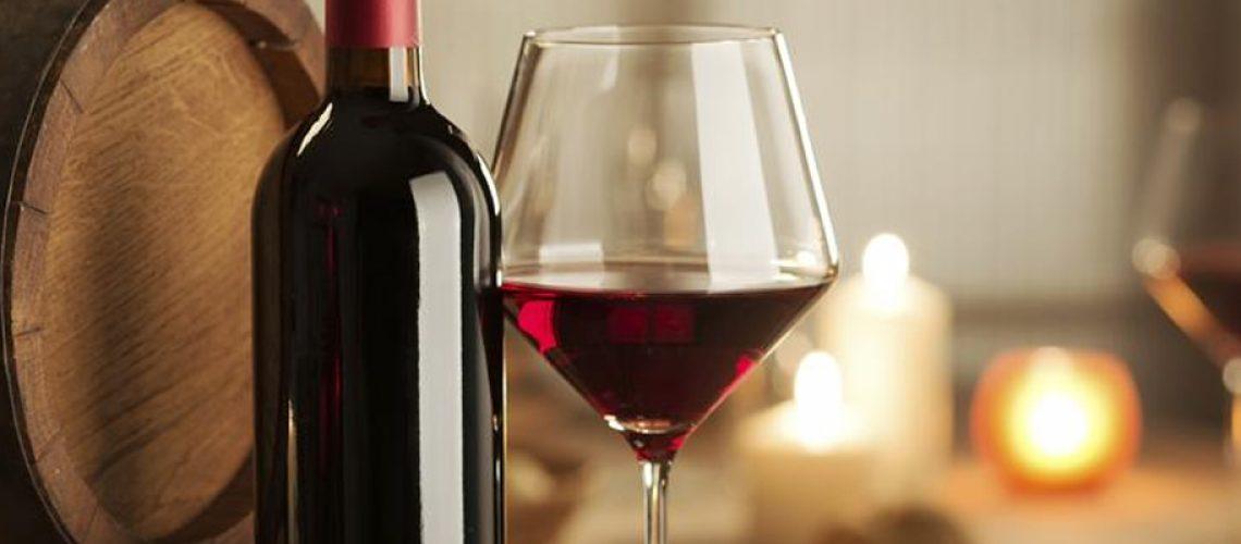 Em cima de uma garrafa de vinho
