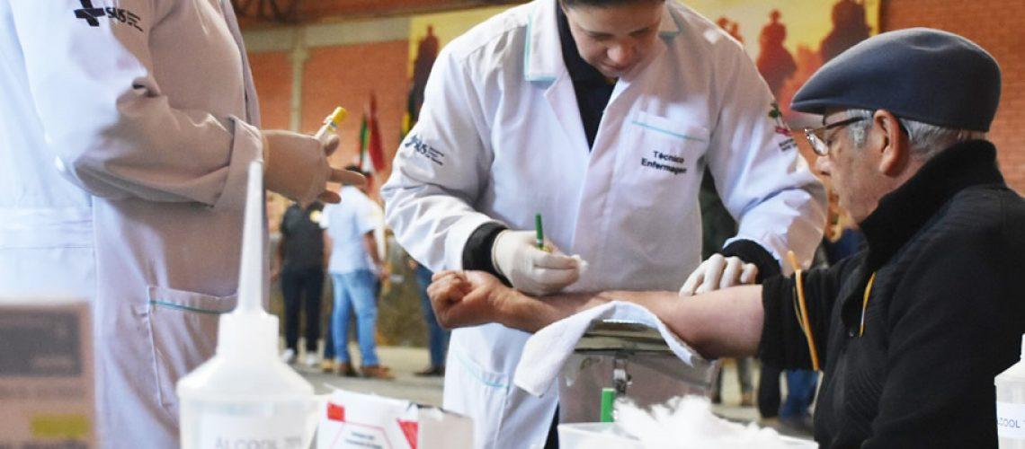 Produtores rurais fizeram a coleta de sangue para exames/Foto: Divulgação Internet