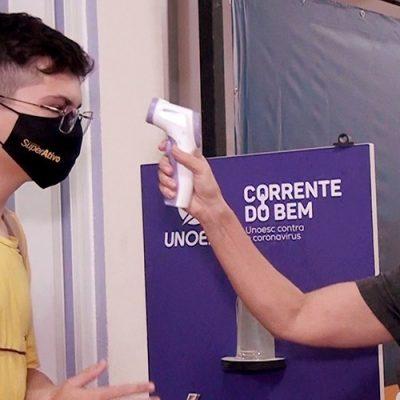 Aferição da temperatura corporal dos alunos na chegada/Foto: TV Bom Dia SC