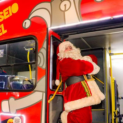 O Papai Noel já está confirmado na festa, para cantar e encantar o público com uma música natalina ao vivo.