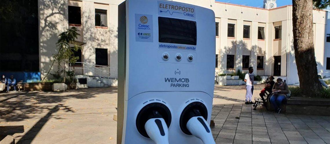 O ponto de abastecimento de veículos elétricos (eletroposto) está instalado em frente a Prefeitura