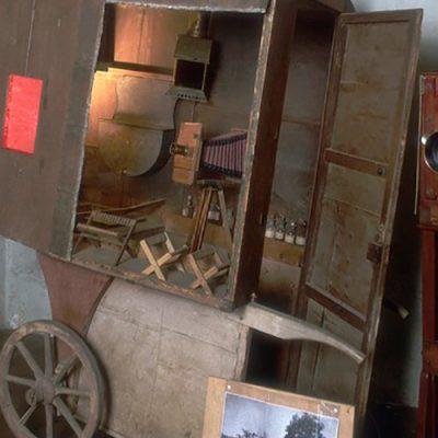 Laboratório fotográfico transportável de 1870/Foto: Alinari Archives/Universal Images Group/ Briannica