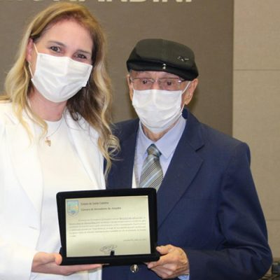Dr. Aluar de Oliveira Pinto recebeu a Moção de Aplauso das mãos da vereadora Rita Valéria Weiss