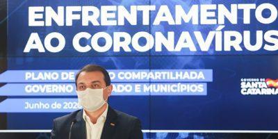 Carlos Moisés afirma que está bem e teve sintomas como tosse, dor de garganta e febre baixa/Foto: Julio Cavalheiro/Secom