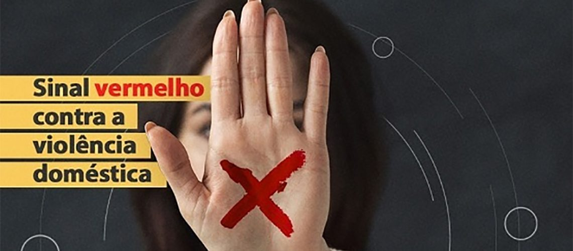 A letra X escrita na mão da mulher, preferencialmente na cor vermelha, funciona como um sinal de denúncia de situação de violência