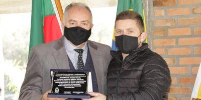 Jornalista Evandro Novak recebe a homenagem das mãos do Vice-prefeito Giovan André Sperotto