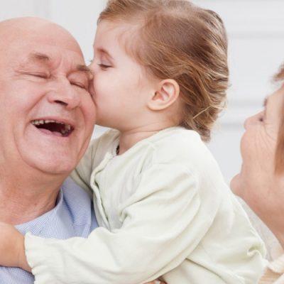 A relação de cumplicidade existente entre avós e netos é uma das heranças mais bonitas existentes em uma família/Foto: Internet