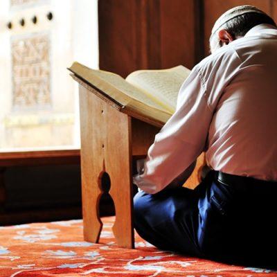 Durante o Ramadã, muçulmanos têm como objetivo crescer espiritualmente e fortalecer sua comunhão com Alá por meio de orações e jejuns/Foto: Internet