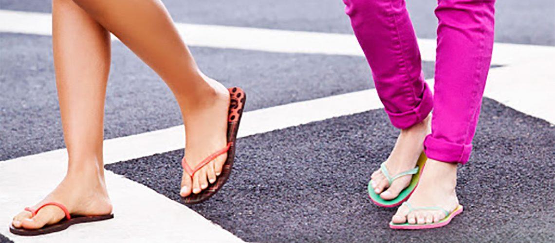 Quando você usa um chinelo, há um esforço importante dos dedos para não o perder durante a caminhada/Foto: Internet