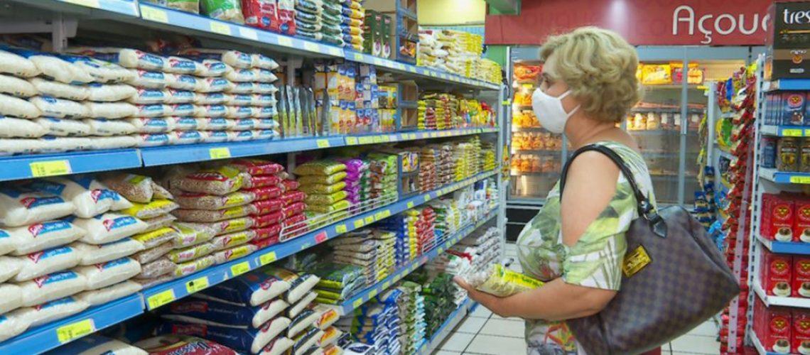 Os alimentos que compõe a cesta básica como óleo de soja, feijão e arroz tiveram aumento de preço nos últimos meses/Foto: Internet