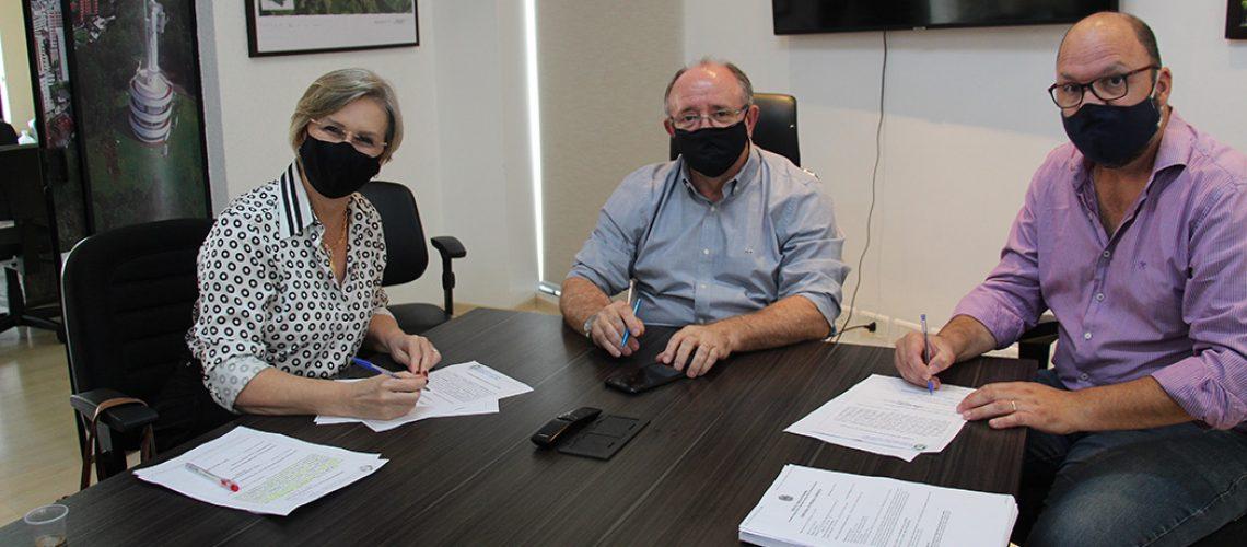 O prefeito Dioclésio Ragnini e a Secretária Municipal de Educação, Tânia Durigon assinaram o contrato com o representante da empresa Egito Engenharia, que venceu a licitação