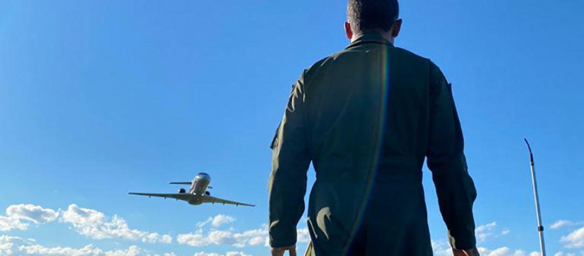 Os militares realizaram diversas passagens baixas, sobrevoando o aeroporto, com um Jato da FAB