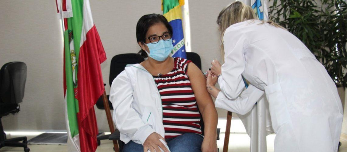 A servidora pública Ieda Maria Ambrosio, que atua há 14 anos no setor de Imunização da Secretaria de Saúde do município foi a primeira  joaçabense a receber a vacina