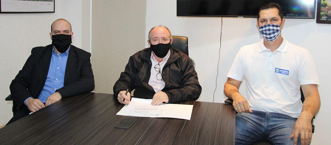 O prefeito Ragnini, assinou as portarias de nomeação dos novos secretários das pastas de Administração e Finanças e de Infraestrutura e Agricultura/Foto: Assessoria Prefeitura