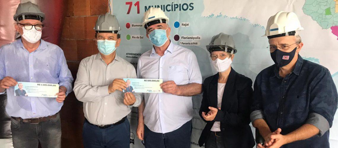 O senador esteve em Blumenau e fez a entrega oficial de R$ 2 milhões para entidades de saúde da cidade