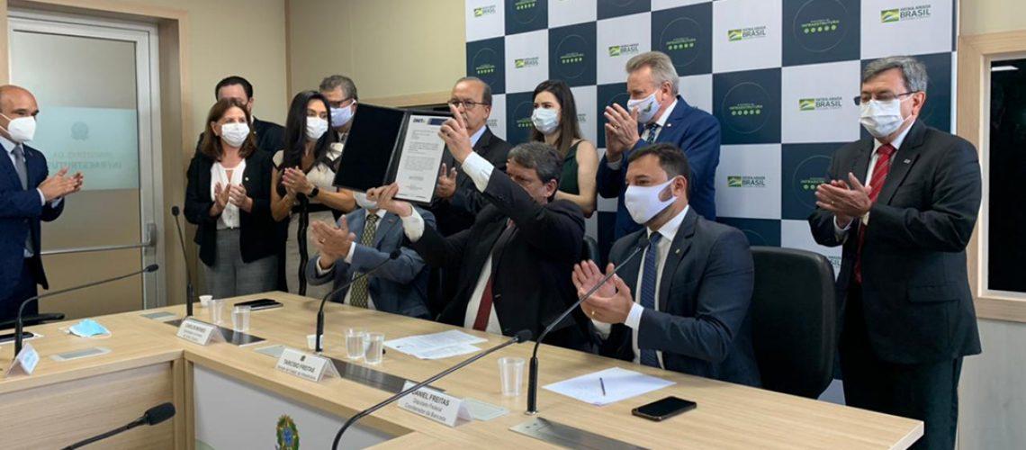 O senador Jorginho Mello acompanhou a assinatura