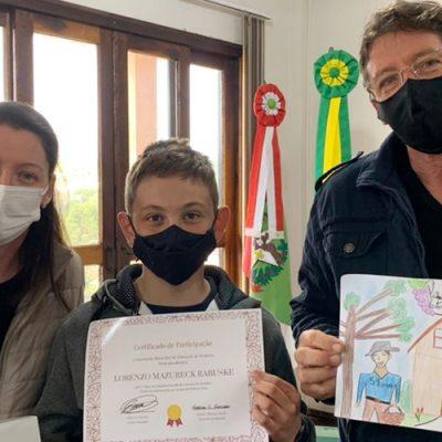 A premiação de refere ao Concurso Cultural de desenho e poesia em comemoração aos 59 anos do município