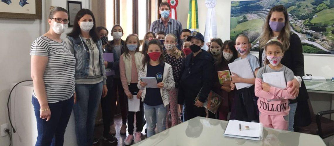 O Prefeito Gilberto Chiarani recebeu os alunos no seu gabinete
