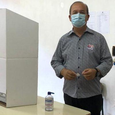 O senador Jorginho Mello (PL) votou na manhã deste domingo (15) na Escola de Educação Básica Melo e Alvim, no centro de Herval d'Oeste