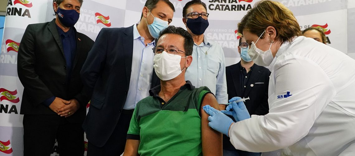 Enfermeiro Júlio César foi o primeiro a ser vacinado/Fotos: Ricardo Wolffenbuttel/Secom