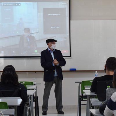 Doutor Aluar em aula com acadêmicos do curso de Medicina da Unoesc