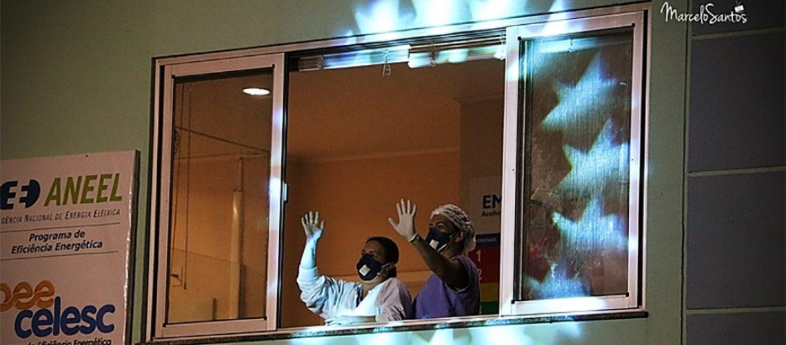 Da janela do HUST, alguns profissionais acenavam para o grupo /Foto: Marcelo Santos