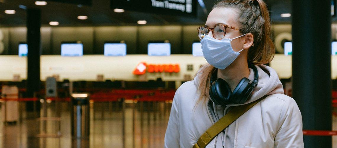 Entram em vigor as novas regras que aumentam o rigor no uso de máscaras em aeroportos e a bordo de aviões/Foto: Internet